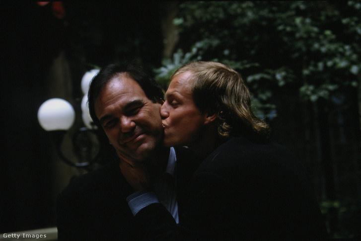 Oliver Stone (balra) és Woody Harrelson 1994-ben Párizsban