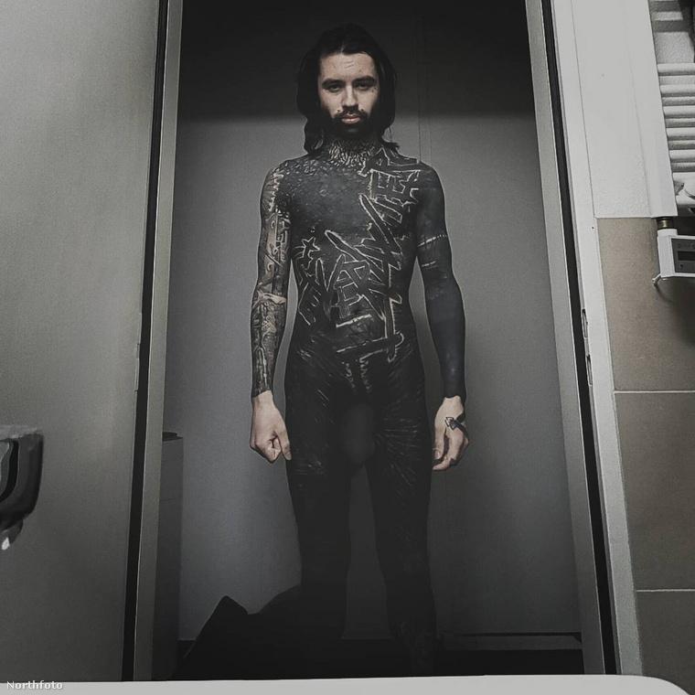 Búcsúzóul íme egy link Colin Farrell színészről, aki egy olyan férfi, hogy rajta nem szaporodnak, hanem fogyatkoznak a tetoválások