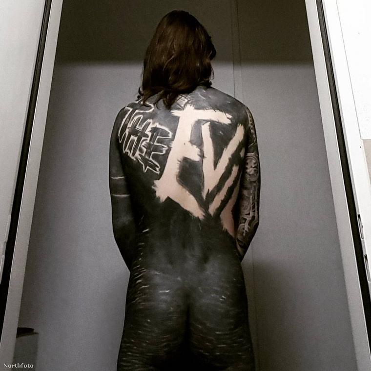 Jól látszik, hogy Rick hátán egy negatív tetoválás látható: a THE EVIL (A GONOSZ) felirat nincs odatetoválva, hanem körülötte van körbeszínezve minden.