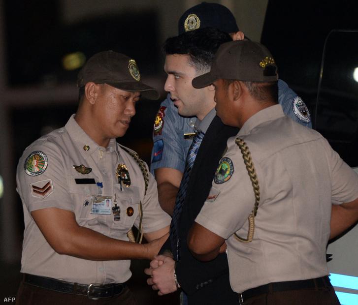 Joseph Scott Pembertont (középen) kísérik a fülöp-szigeteki rendőrök 2015. december 1-jén Olongapor városából Quezon városba
