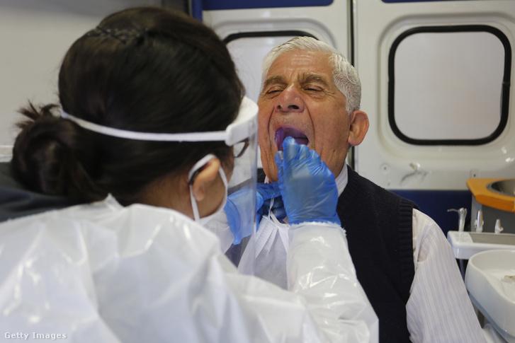 Koronavírus-fertőzést megelőző vizsgálaton vesz részt ez az úr 2020. április 28-án Chilében