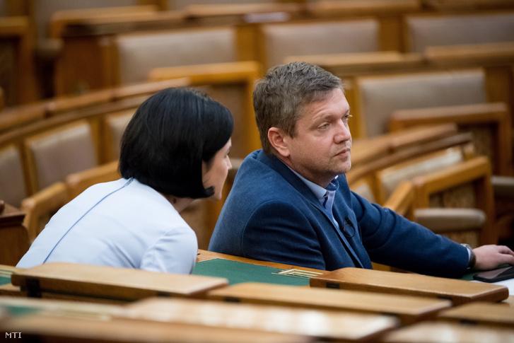 Kunhalmi Ágnes szocialista képviselő és Tóth Bertalan, az MSZP elnöke az Országgyűlés plenáris ülésén 2020. május 11-én
