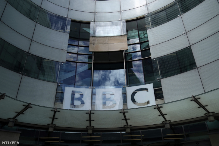 A BBC londoni székházának a bejárata. Át az üvegplafonon is