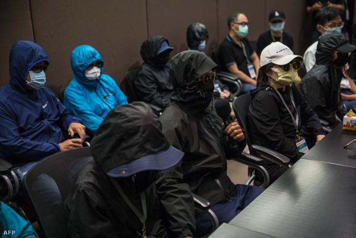Az elfogott 12 hongkongi hozzátartozója a sajtótájékoztatón 2020. szeptember 12-én Hongkongban