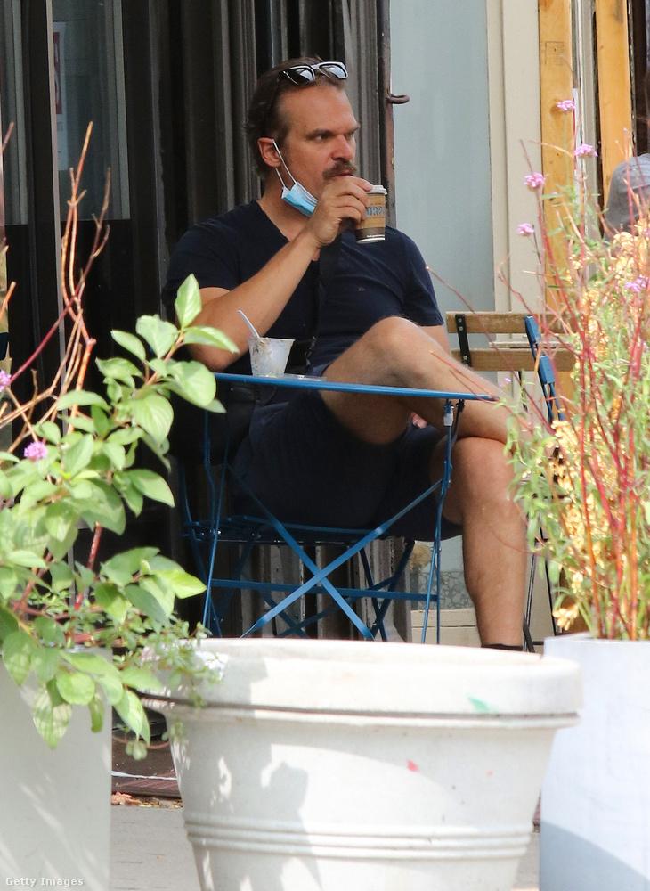 A nemrég már a házas életbe is belekóstoló David Harbournémi kávéval kényeztette érzékeit egy kávézóban.
