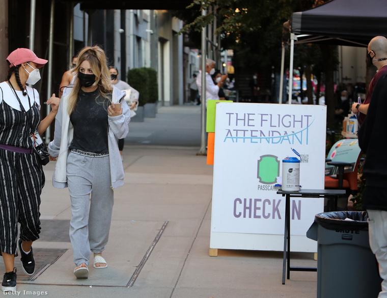 Kaley Cuoco ismét forgatni kezdett a The Flight Attendant nevű sorozathoz, aminek mellesleg ő a producere is