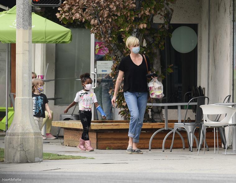 Charlize Theron fagyizni vitte a kislányát és egy annak barátját