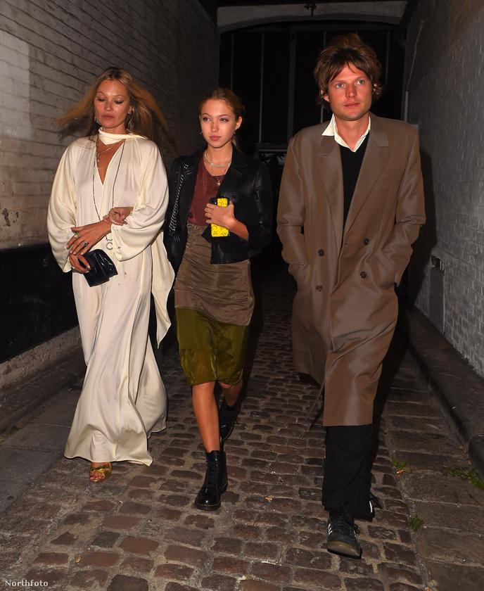 Kate Moss a párjával és lányával indult vacsorázni a minap, ezekben a különös szerkókban.