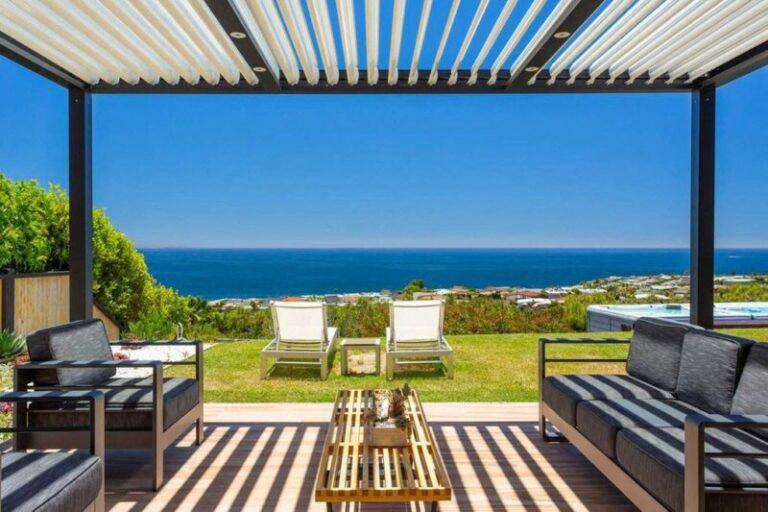 Méghozzá Pacific Palisadesben, egy minden igényt kielégítő, tengerre néző luxusház formájában.