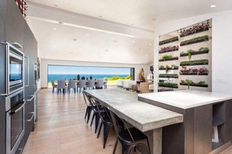 A konyhában is bőven van hely, ami pedig a zöld elemeket illeti, Perry azokon sem spórolt.