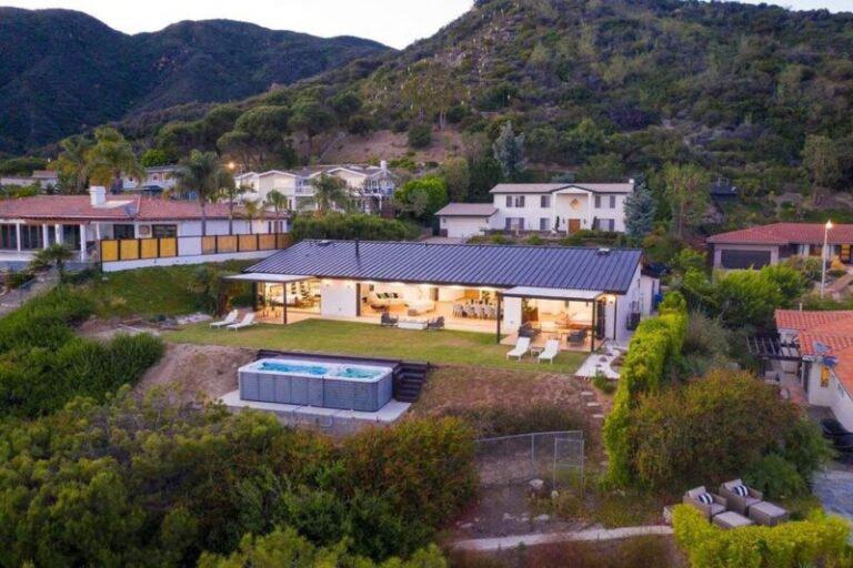 Augusztus elején mutattuk meg Önöknek, hogy is néz ki Matthew Perry Los Angeles-i luxuslakása, amelyet ugyan most jóval olcsóbban ad, mégsem tud megválni tőle
