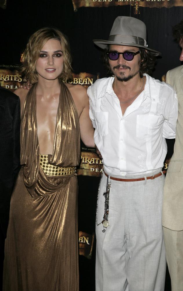 Johnny Depp 2009-es Közellenségek című filmjében Marion Cotillarddal csókolózott, aki szerint a színész nagyon gondoskodó és gáláns volt vele, amikor látta rajta, hogy kicsit izgul