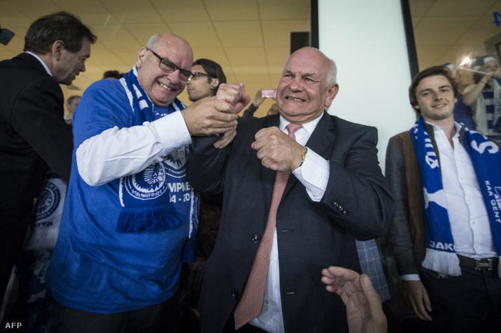 Daniel Termont, Gent polgármestere és Ivan De Witte (jobbra) ünneplik a csapat győzelmét a Belga Bajnokságban első alkalommal nyertek a Jupiler Pro Ligában, a KAA Gent és a Standard de Liege mérkőzésen 2015. május 21-én