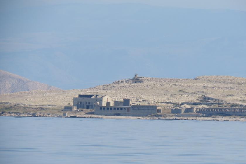 Goli otok a Kvarner-öbölben, Rabtól északnyugatra található. Nem véletlenül érdemelte ki a Csupasz- vagy Kopár-sziget elnevezést, a legtöbb részén alig nőnek növények, ez alól talán a déli oldal jelent kivételt.
