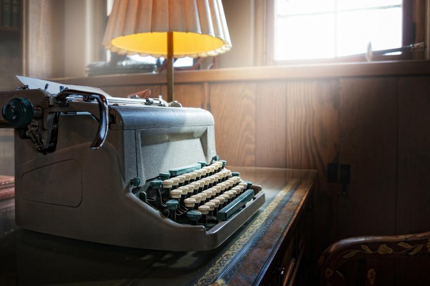 Bámulatos rajzokat készít írógéppel a férfi: az apró részletekre is figyel