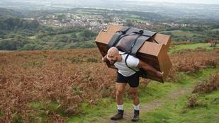 Ez a volt tengerészgyalogos felvitt egy zongorát a hátán egy hegyre