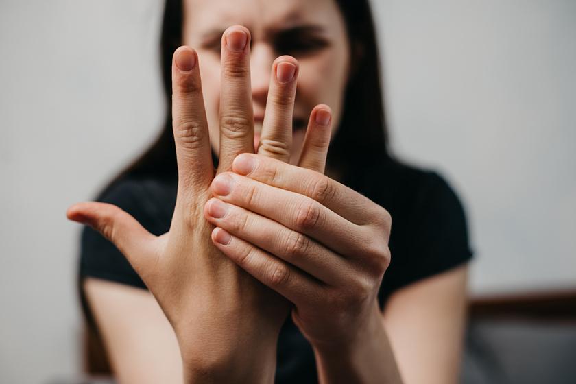 5 betegség, amit a kezek zsibbadása jelezhet: cukorbetegség és pajzsmirigyzavar is okozhatja