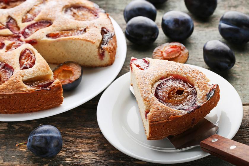 Isteni szilvás kevert sütemény, ami reggelinek is tökéletes – A finomság pillanatok alatt elkészül