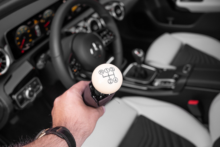 A Mercedes katalógusban többféle esernyőt árulnak, ehhez az autóhoz a 300 SL csontszín váltógombját mintázó változatot adta ajándékba a kereskedő