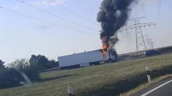 Kigyulladt egy kamion az M1-esen Győrnél – videóval