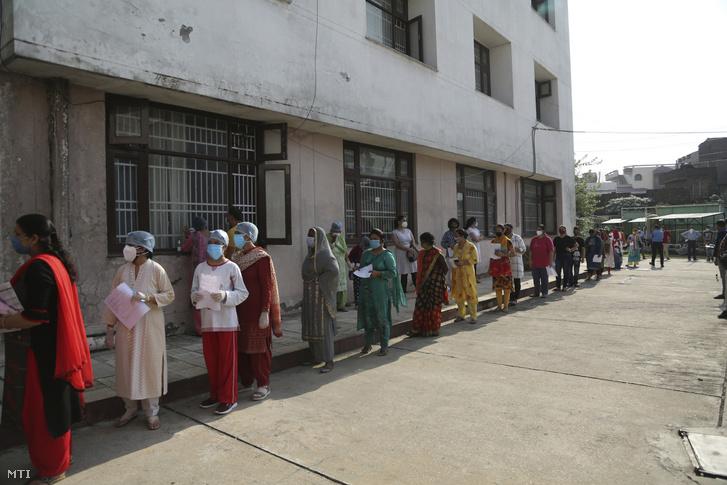 Koronavírus-tesztelésre várakozó emberek egy állami kórház elõtt az indiai Dzsammuban