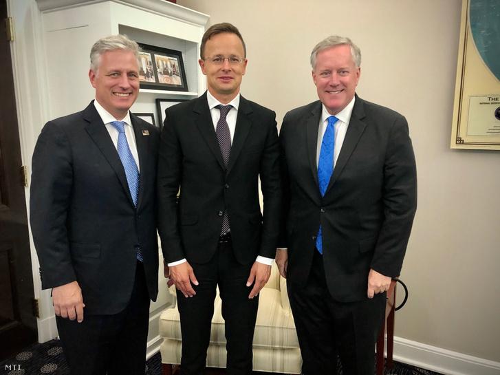 A Külgazdasági és Külügyminisztérium (KKM) által közreadott képen Szijjártó Péter külgazdasági és külügyminiszter (k) Robert O'Brien amerikai nemzetbiztonsági tanácsadó (b) és Mark Meadows Donald Trump amerikai elnök kabinetfõnöke Washingtonban 2020. szeptember 15-én.