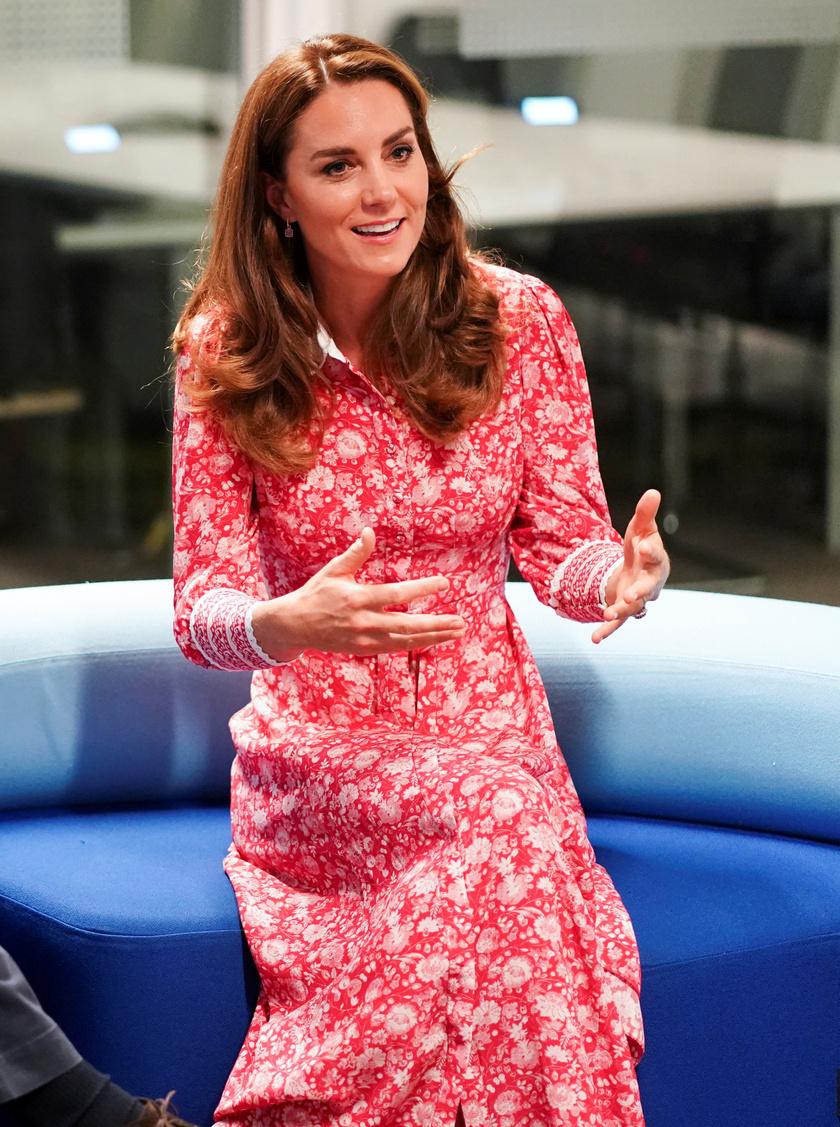 Katalin hercegné ezt a gyönyörű ruháját már viselte egy webkamerás bejelentkezésekor, de végre láthatjuk rajta teljes egészében.