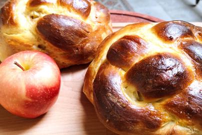Almával font, puha kalács a zsidó újévre – Cukor helyett méz kerül a tésztájába