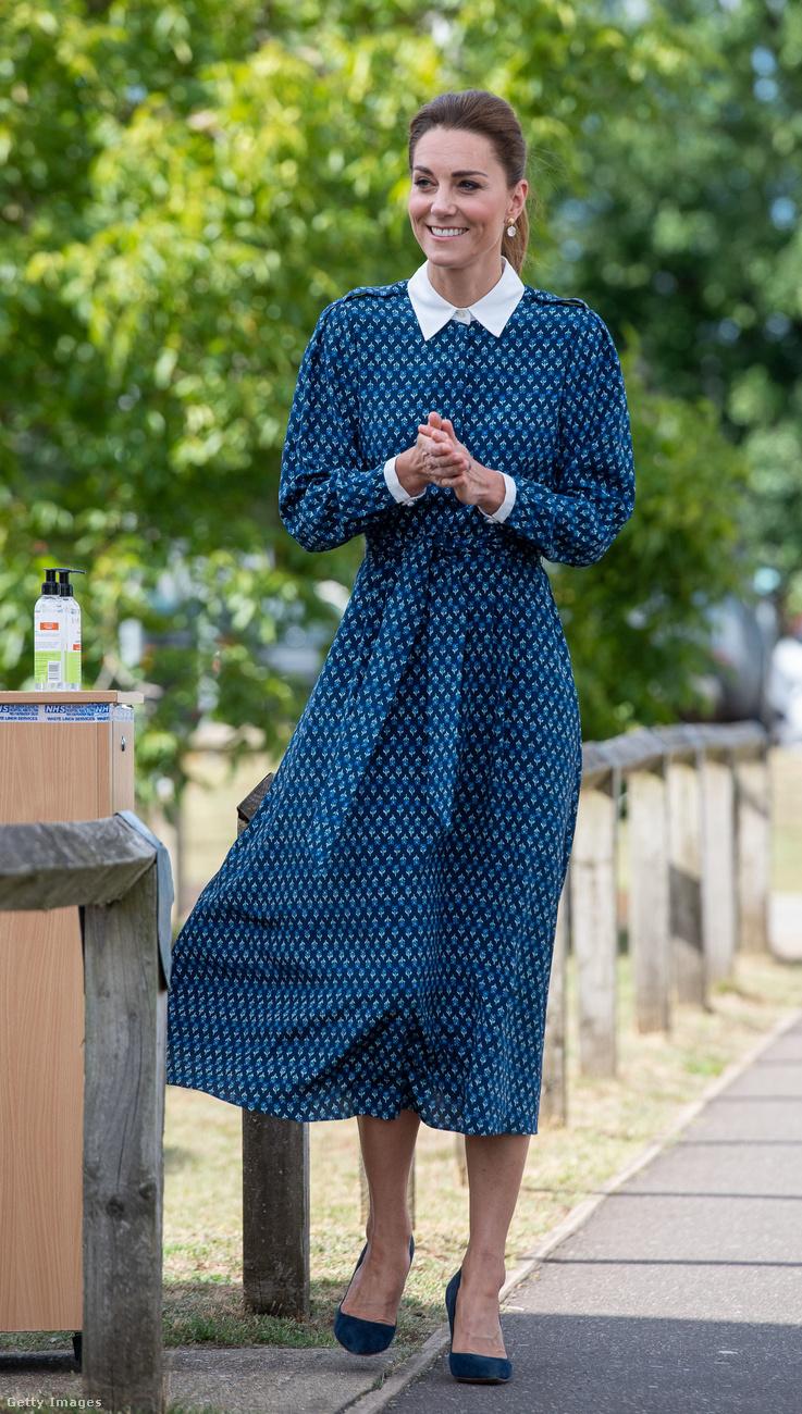 Itt már picit elegánsabbra vette a figurát, legalábbis a fehér, keményített gallérok némi pedánsságot kölcsönöztek Katalin ruhájának, aki az angol egészségügy (NHS) fennállásának 72