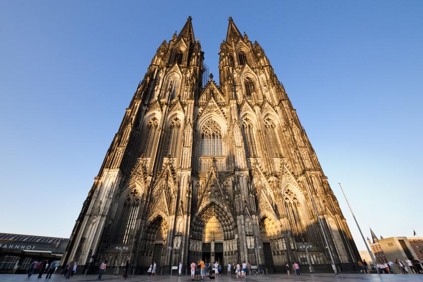 A kölni dóm, vagyis a Szent Péter- és Szűz Mária-dóm a világ harmadik legmagasabb temploma. Tornyai kicsivel több mint 157 méter magasak, a nyugati, azaz a főhomlokzat 61 méter széles. Az impozáns templom Németország egyik legnépszerűbb turistalátványossága.