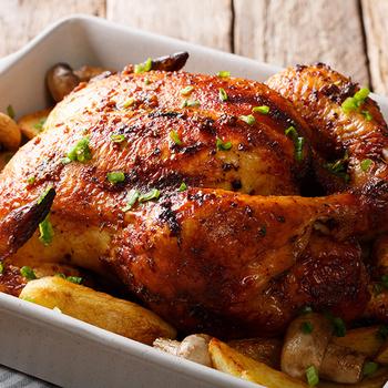Egészben sült, ropogós csirke: a fejedelmi fogás együtt sül a körettel