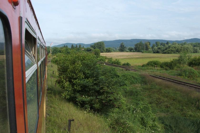 Drégelypalánkra érkezik a vonat Vác felől.