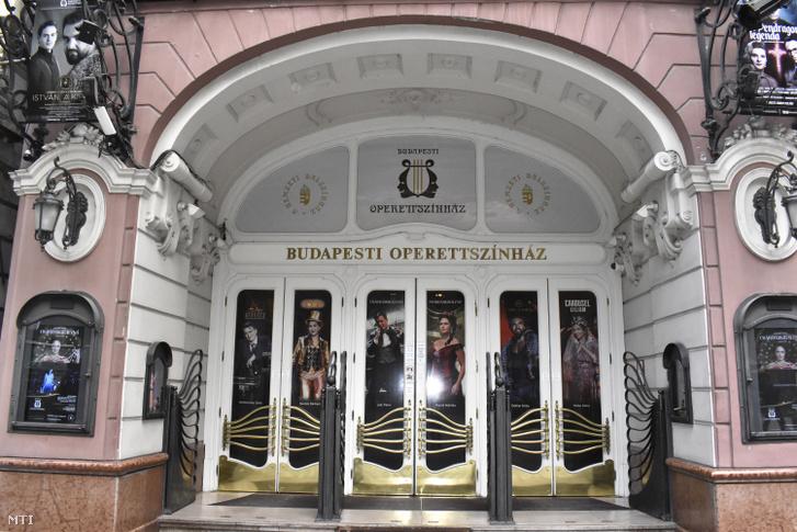 A Budapesti Operettszínház bejárata a VI. kerület, Nagymező utca 17-ben.