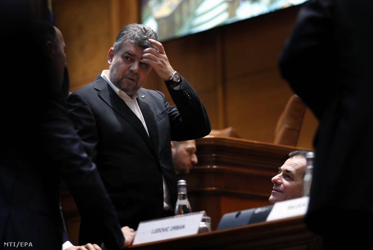 Ludovic Orban román miniszterelnök (jobbra, lent) és Marcel Ciolacu, az ellenzéki Szociáldemokrata Párt (PSD) vezetője (b) a bukaresti parlamentben 2020. február 24-én