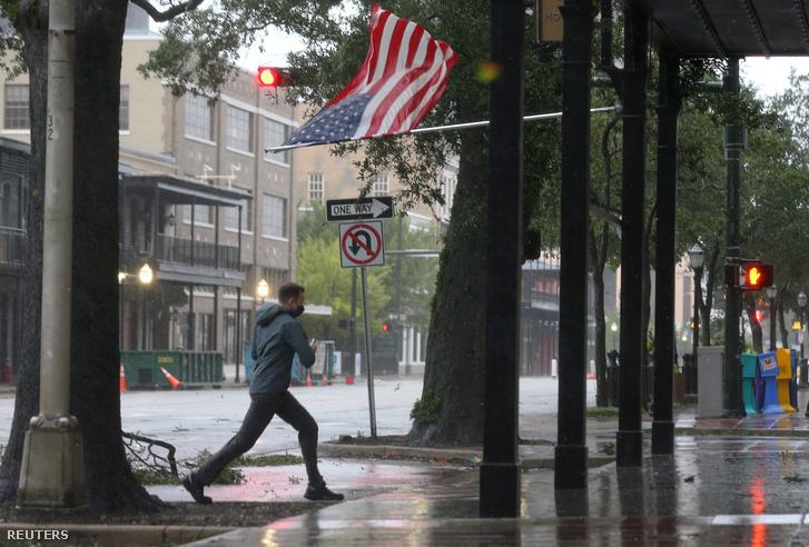 Ember sétál maszkban a Sally hurrikán ideje alatt Alabamában 2020. szeptember 16-án