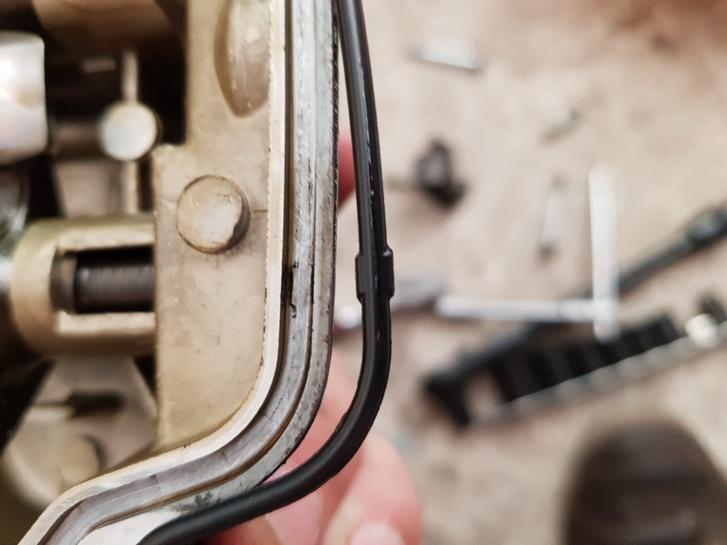 Honda-zsenialitás: a szelepfedél-tömítésen néhol vastagabb részeket alakítanak ki, hogy szereléskor az ember könnyen be tudja pattintani a horonyba, de azért helyezkedni is tudjon, ha kell