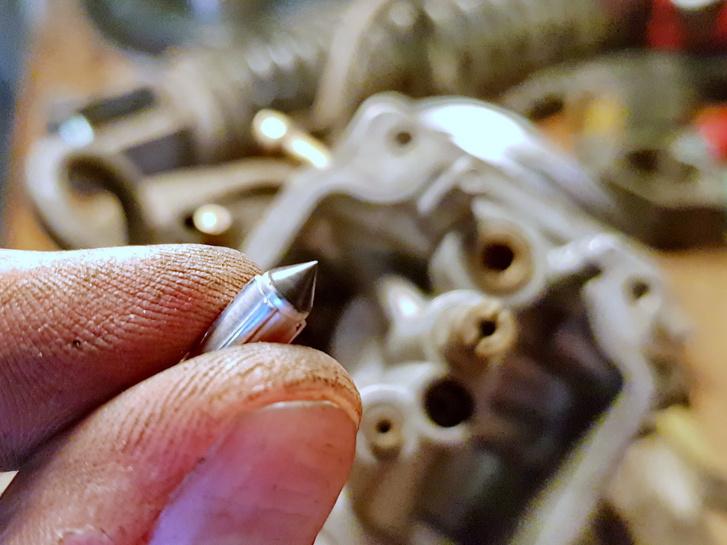 A Honda gumis tűszelepet használ, ami szinte örökéletű. Szinte, de azért 33 év alatt ez is megkeményedik. A fűtős ultrahangos mosóban kicsit pucoltam, hátha felpuhul