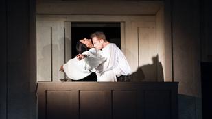 Eperjes Károly rendezésében mutatja be a Rómeó és Júliát a Pesti Magyar Színház