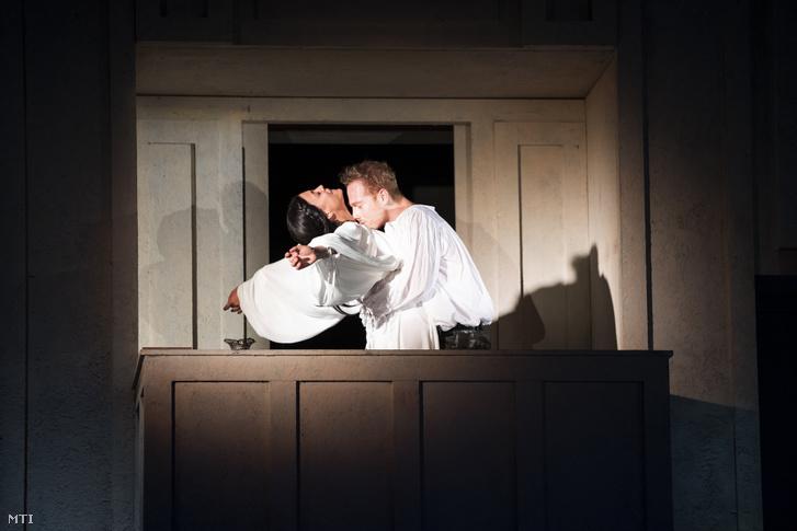 Kovács Panka (b) Júlia és Kocsis Gábor (j) Rómeó szerepében William Shakespeare Rómeó és Júlia című tragédiájának fotóspróbáján a Pesti Magyar Színházban 2020. szeptember 16-án. A darabot Eperjes Károly rendezésében szeptember 18-án mutatják be.