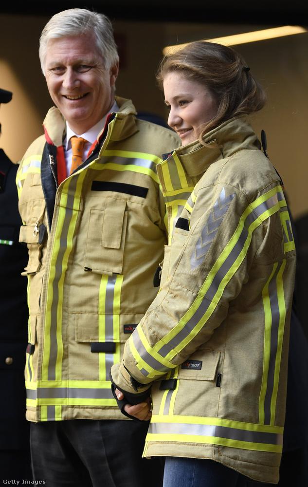 Erzsébetet édesapja már egy ideje bevonja a különböző rendezvényeken való részvételbe a hercegnőt, itt éppen a tűzoltókat keresték fel, hogy biztosítsák őket munkájuk elismeréséről