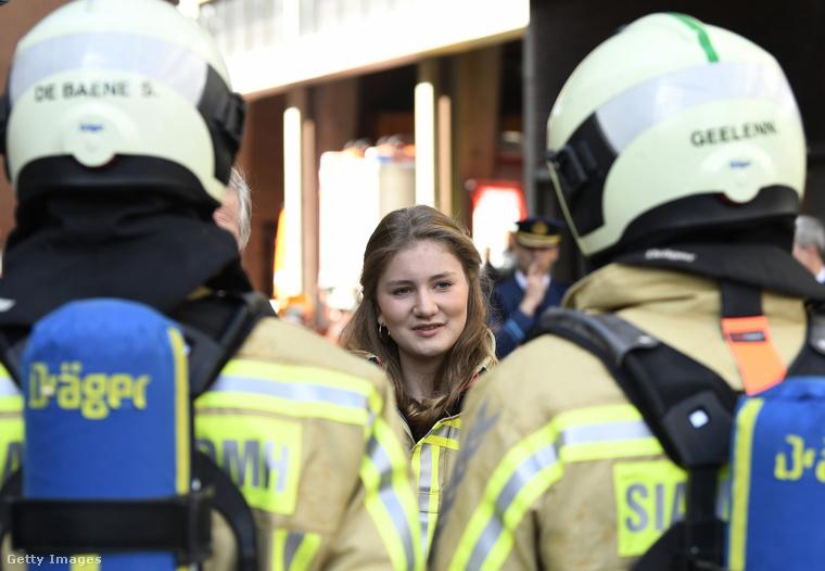 Mint látja, Erzsébet teljes átszellemültséggel figyelte a tűzoltókat