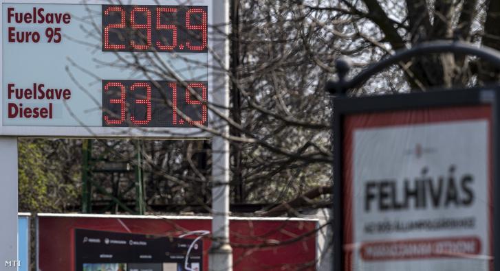 Benzinkút 2020. március 27-én. A Mol 10 forinttal csökkentette a benzin nagykereskedelmi árát a töltőállomások nagyrészénél a 95-ös benzin literenkénti ára 300 forint alá csökkent.