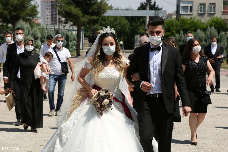 Törökországban is kötelező az arcmaszk viselése az esküvőkön, ez a pár Diyarbakirban házasodott össze 2020. július 2-án