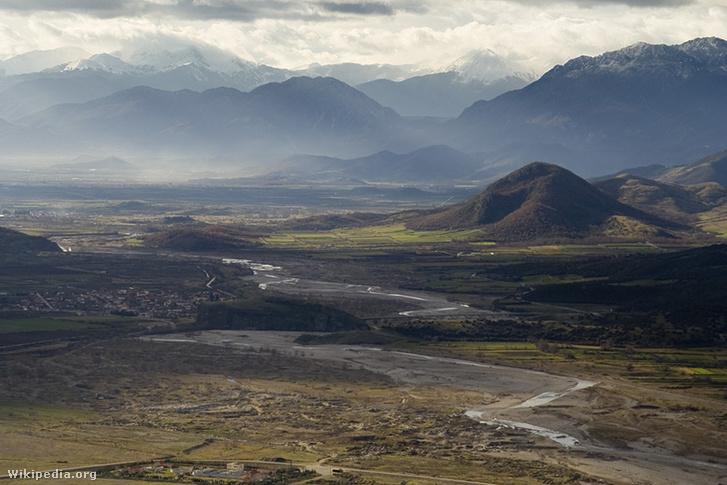 Thesszália síksága, a pelaszgok eredeti tartománya, háttérben a Pindus-hegység látható