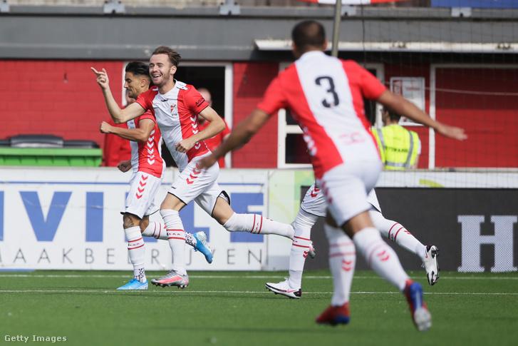 Robbert de Vos, az FC Emmen csapat tagja ünnepli gólját a VVV-Venlo ellen 2020. szeptember 13-án