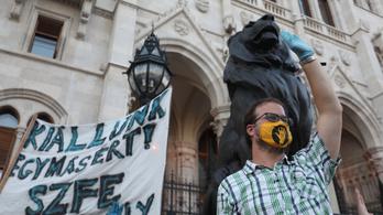 17 órától az SZFE mellett tüntetnek a Kossuth téren