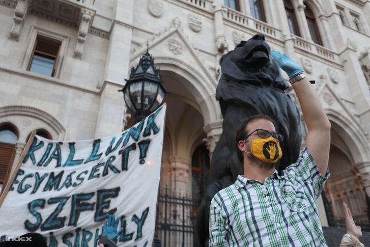 SZFE-tüntetés a Parlament előtt 2020. szeptember 6-án
