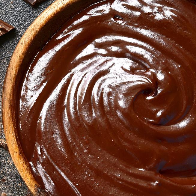 Hogyan lesz szép fényes a csokimáz a süti tetején? 3 tippet mutatunk a tökéletes csokibevonat készítéséhez