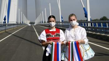 Népviseletes lányok és maszkos miniszterelnök – Felavatták az új Duna-hidat Komáromnál