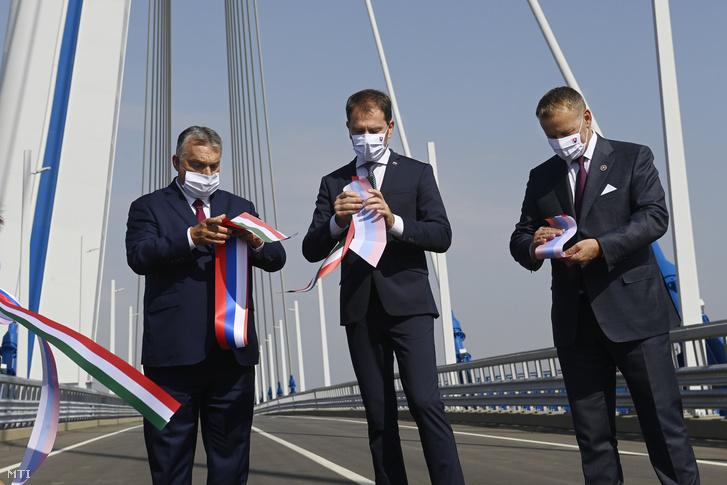 Orbán Viktor magyar (b) és Igor Matovic szlovák miniszterelnök (k) valamint Boris Kollár szlovák házelnök (j) átvágta a nemzeti színű szalagokat az új komáromi Duna-híd (Monostori híd) avatásán 2020. szeptember 17-én.
